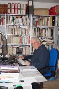 Jean-Pierre Bertrand, conseiller scientifique de l'OPCI - Ethnodoc, dans la salle de documentation au Perrier.